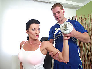 sporty mom fucked by the brush coach