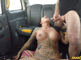 This tattooed woman is in for a voluptuous treat on her way home