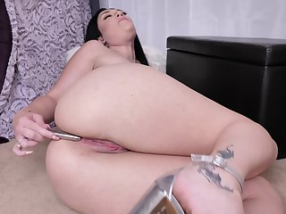 Bald pussy of curvy MILF Megan Maiden is made be proper of some masturbation