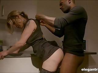 Sexy housewife enjoying the brush BBC kink while the brush hubby is on a business trip